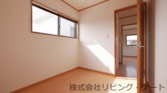 2階の洋室です。コンパクトなお部屋ですが収納等には最適