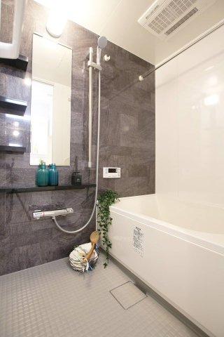 ■換気乾燥暖房 ■エコフルシャワー ■スリムLED照明 ■乾きやすい床