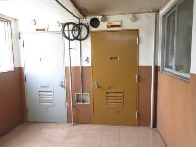 ドアがレトロ 各部屋によってドアの色が違います