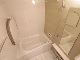 毎日の疲れを癒すバスルームはホワイト調に統一された空間です。ゆっくりくつろぐ十分なスペースがある浴室です。