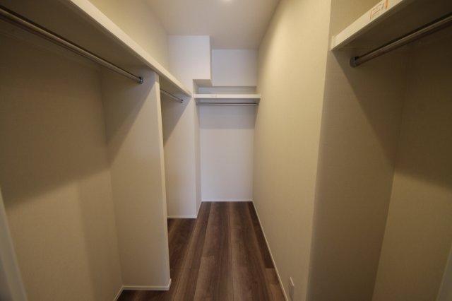洋室奥の扉を開くと広いウォークインクローゼットがあります!お洋服好きな方でも収納がバッチリ◎