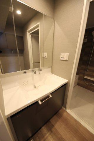 二人並んでも収まる横幅がしっかりある洗面スペース!鏡が大きいと朝の身支度がよりカンペキに!