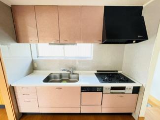 四街道市さつきヶ丘 中古一戸建て 四街道駅 ピンクを基調としたかわいらしいキッチンです。