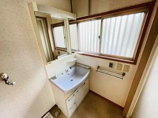 四街道市さつきヶ丘 中古一戸建て 四街道駅 白を基調とした清潔感のある洗面台になります。