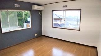 佐倉市城内町 中古戸建 佐倉駅 アクセントクロスが目を引く2階洋室。