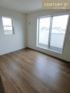 【1号棟写真】 約6.5帖のお部屋からはバルコニーに出れます。 収納スペースもたっぷりです。