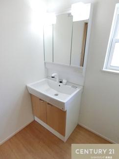 【2号棟写真】 シャワー付き三面鏡化粧台で 朝の身支度なども短縮出来ちゃいそうですね。