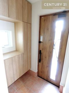 【2号棟写真】 コの字型のシューズクロークは収納たっぷり 玄関扉からも光が入り明るい玄関です。