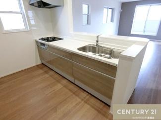 【1号棟写真】 3口コンロで調理スペースもしっかり確保された キッチンでお料理作りもはかどりそうですよね。