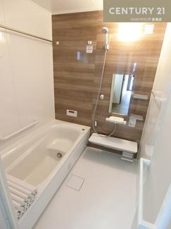 【1号棟写真】 浴室乾燥機も付いたお風呂場は雨の日に 洗濯物を干すスペースとしても活用できますね。