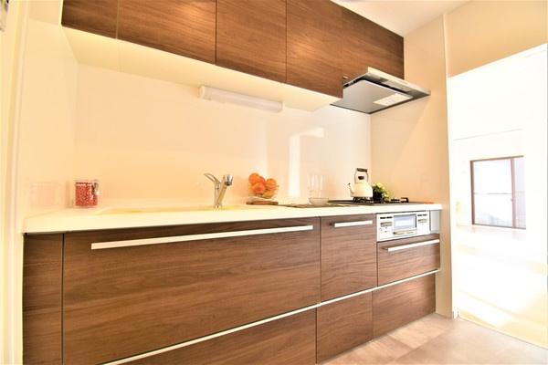 お洒落なデザインのキッチン! このキッチンで料理をすると汚したくなくなりますね!