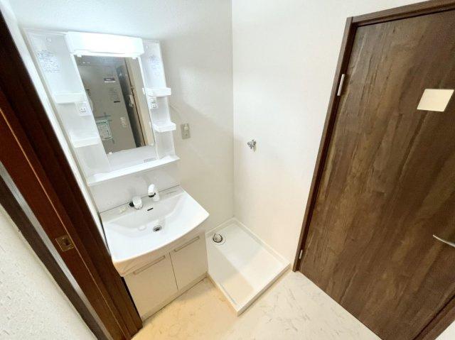 シャワー付き洗面台で朝の身支度も楽々です♪
