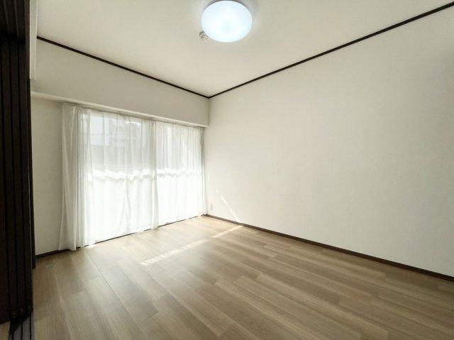 リビングダイニングとつながった快適な洋室のお部屋。様々な用途にお使いいただけます♪
