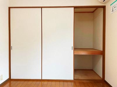 洋室6帖のお部屋にある収納スペースです!奥行きのある収納スペースで荷物の多い方も安心!お部屋がすっきり片付いて快適に!