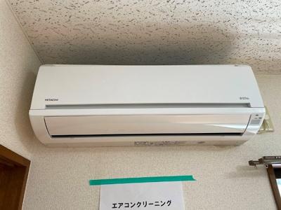 洋室6帖のお部屋には暑い夏や寒い冬に大活躍のエアコン付きです☆冷暖房完備で1年中快適に過ごせます♪
