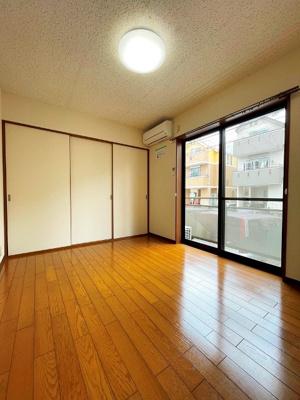 バルコニーに繋がる南西向き洋室6帖の陽当たりの良いお部屋です!エアコン付きで1年中快適に過ごせますね☆収納スペースも完備しています♪