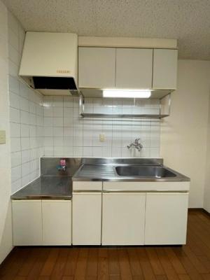 ガスコンロ設置可能のキッチンです☆ご自身でお好きなタイプのガスコンロをご用意いただけます!場所を取るお鍋やお皿もたっぷり収納できてお料理がはかどります!