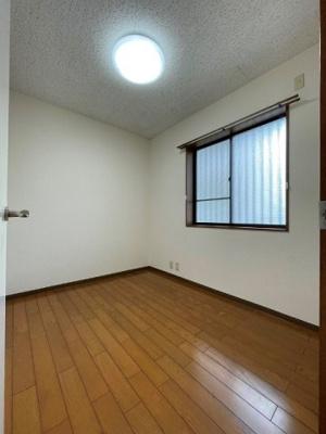 玄関側にある洋室3.7帖のお部屋です!ベッドを置いて寝室にするのもオススメです☆※参考写真※