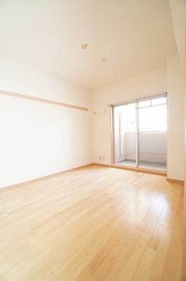 【北西側洋室約6.3帖】 サブバルコニーに面する居室は、 建材の色合いからモダンテイストも似合いそうな洋室。 主寝室としてもご利用頂ける広さがあり、 大型の家具を置くなどしても使い勝手は良さそうです。