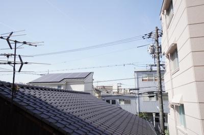 【眺望】 2Fからの眺望となりますが、前面の建物の高さが それほど高くないので、眺望と陽ざしがとれています。 高所が苦手な方には最適な高さかもしれません。
