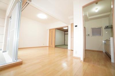 【約14.1帖のLDK】 南東側バルコニーに面したリビングで明るく、 お気に入りの家具が映える空間。 ダイニングテーブルやソファなども配置もしやすく 空間を最大限に活用できます。