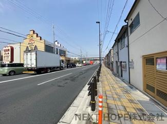 西側の前面道路は公道幅員約11m(尼宝線)です♪尼宝線を挟んで向こう側は100円パンのヤキタテイです!