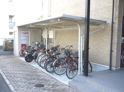 自転車置き場に屋根が付いています