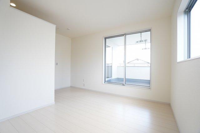 【同仕様施工例】2階:小窓もアクセントになってかわいいお部屋です。