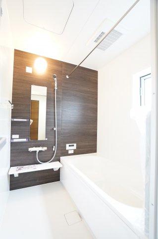 足を伸ばせる1坪サイズの広々とした浴槽で、1日の疲れをゆっくり癒すことができますよ。