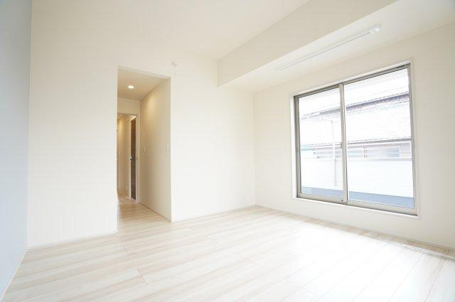 2階8帖 南向きのお部屋です。窓から差し込む陽射しが心地いいです。