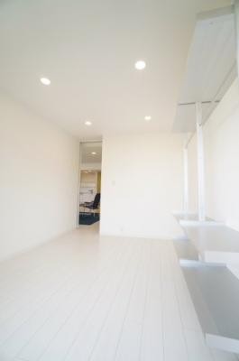 【北西側洋室約5.7帖】 白を基調とした室内は、 明るい住空間を造り出すだけでなく、 清潔感をもたらしてくれます。