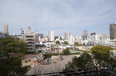【バルコニー&眺望】 日本ハムファイターズに所属している中田翔選手が、 小・中学校と練習をしていた公園です。 次の写真に続く。。。。
