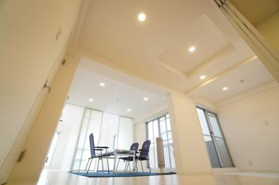 【ガラスマジックLDK!】 ガラスの使い方で、こんなに各居室の雰囲気が変わるのかと思う物件です。 この価格でこの立地。自主管理もしっかりされていて、 室内は、ご覧の通りデザイナーズリノベーション!!