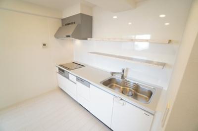 【キッチン】 リビングのスペースを広く取れる壁付けキッチン。 家事の動線を考えるとキッチンの後ろに すぐダイニングテーブルを配置することができて 便利ですね。