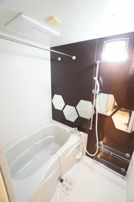 【システムバス】 1日の疲れを癒す大きなお風呂。 ヒートショックを防ぐ浴室暖房機能や、 雨天時に洗濯物を乾かす浴室乾燥機能も付いています。