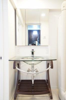 【パウダールーム】 フラット鏡がお掃除し易い3面鏡洗面化粧台! 鏡後ろ・下にも大容量の収納! 日常的に使う物も洗剤の詰替えなども スッキリしまうことができます。 段差もチェックポイント!