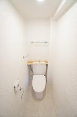 【サニタリールーム】 慣れないとビックリします! 便座が自動で開閉! 衛生面で特に気になる水周りに関しては キレイにリフォームが成されています。 トイレの温水洗浄便座付き便器も 新規交換!!