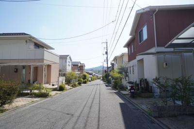 全面道路は6mあります。車の通りも少なく 車庫入れも楽々できる環境です!