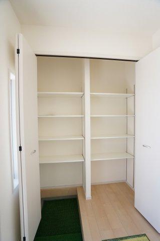 【同仕様施工例】ブーツやレインブーツなど下駄箱ではしまいにくい背の高い靴も収納できます。