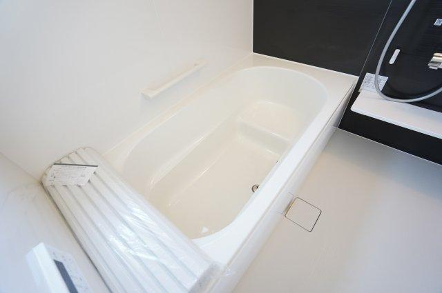 【同仕様施工例】ベンチタイプは段差があるため、少ない水の量で浴槽をいっぱいにすることができます。