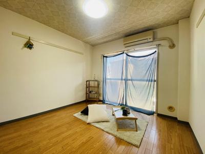 バルコニーに繋がる南西向き角部屋洋室5.8帖のお部屋です!エアコン付きで1年中快適に過ごせますね☆