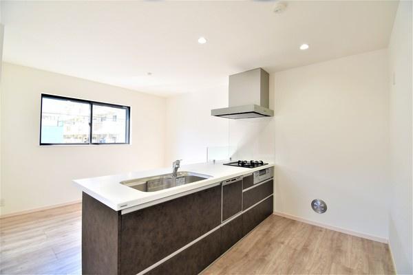 広々したキッチンスペース♪ システムキッチンは収納も豊富です! 新品のキッチンで料理も楽しくなりますね!