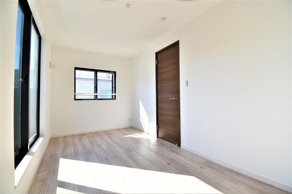 窓が大きく、明るいお部屋です! 開放的な空間♪収納スペースあります!