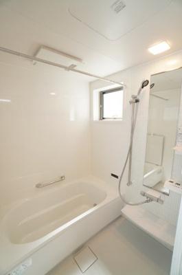 【Takara Standard社製リラクシア】 浴室壁はホーローだから、汚れをカンタンに落とせます! 更に、皮脂や石鹸の汚れが付きやすい浴室床は 「キープクリーンフロア」を採用。 水だけでキレイに!