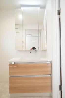 【コスメカウンター】 Takara Standard社製。 フラット鏡がお掃除し易い3面鏡洗面化粧台! 鏡後ろ・下にも大容量の収納! 日常的に使う物もスッキリ収納できます。 温水シャワー機能付き。