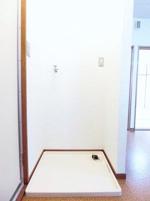 脱衣所にある室内洗濯機置き場です♪室内に置けるので洗濯機が傷みにくい☆※参考写真※