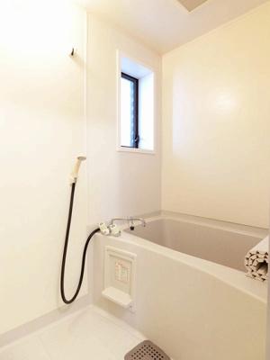 清潔感のある浴室です♪ゆったりお風呂に浸かって一日の疲れもすっきりリフレッシュできますね☆換気のできる小窓付きです♪※参考写真※