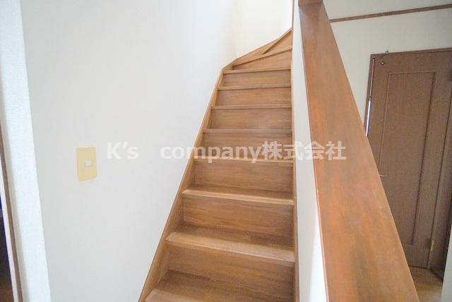 2階に続く階段です。