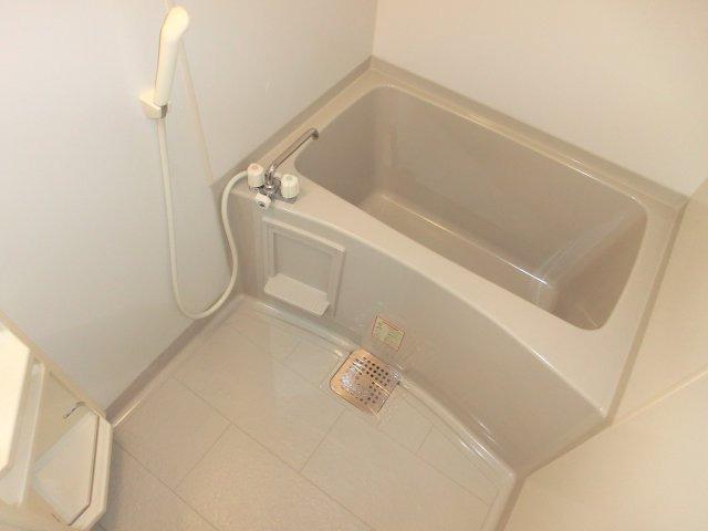 白を基調とした清潔感ある浴室