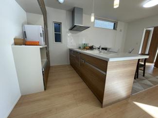 キッチン:備え付け食器棚/欧米風ペニシュランキッチン